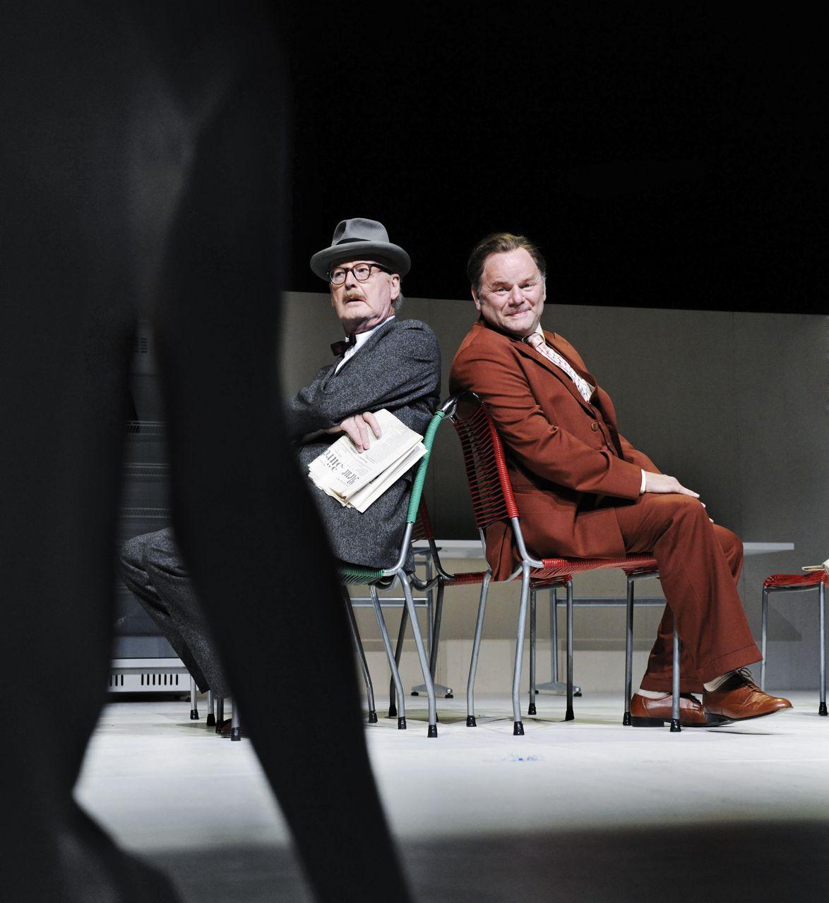 Bild: Myrrha Glawicz (Franzsika Machens) vor Möni Wighart (Jean-Pierre Cornu) und Martin Salander (Gottfried Breitfuss) | Foto/Copyright: Tanja Dorendorf, T+T Fotografie