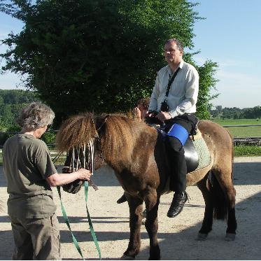 08:30: Der Geschäftsführer des Hippotherapiezentrums Daniel von Gunten, selbst MS-Patient, ist bereit für seine Hippotherapie.
