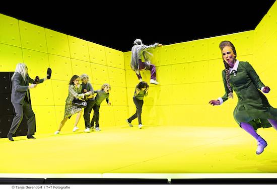 Foto|Copyright: Tanja Dorendorf, T+T Fotografie | Bild: Jan Bluthardt (als Herr Missionar Rose), Friederike Wagner, Leo Thomas, Leandro Bärlocher, Cyrill Birchler, Milian Zerzawy (oben), Corinna Harfouch