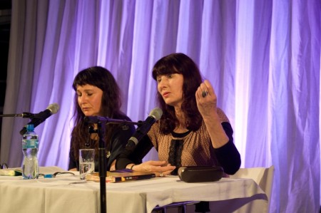 Gail Jones (rechts) und ihre deutsche Stimme Ulrike Arnold in der Walliser Alpentherme. © Jonas Ludwig Walter