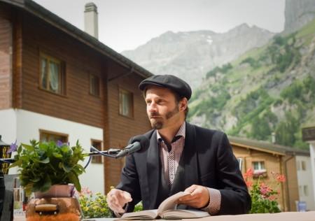 Urs Mannhart liest auf der Alpina Terrasse. © Jonas Ludwig Walter