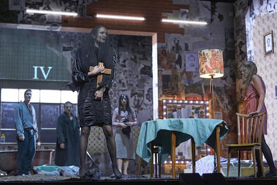 Lena Schwarz (Die Nutte), Lisa-Katrina Mayer; hinten: Alexander Maria Schmidt, Jean Chaize, Friederike Wagner | Bild/Copyright: Matthias Horn